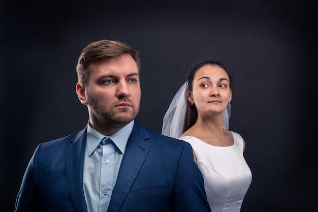 Belle séance photo en studio pour les jeunes mariés