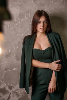 Belle sexy confiante jeune femme en costume posant