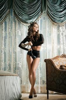 Belle et sexy femme vêtue de lingerie noire
