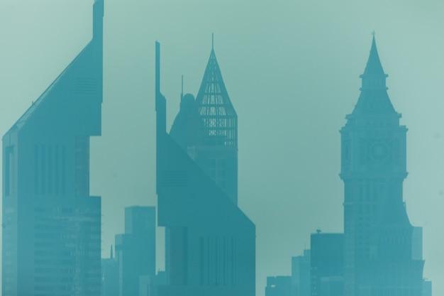 Belle skyline de dubaï entouré de poussière de sable à la lumière du jour