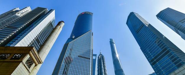 Belle skyline de shanghai de paysage urbain sous le soleil