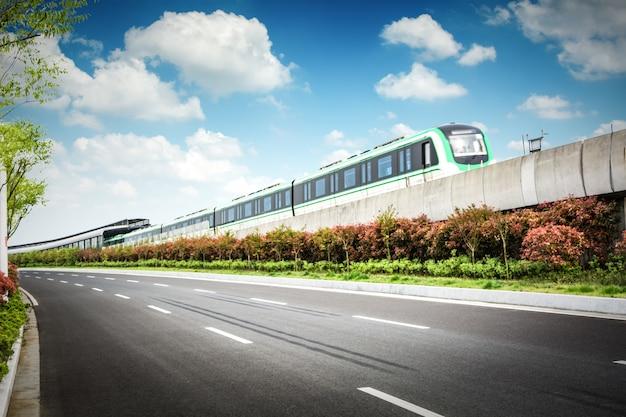 Belle station de train avec train de banlieue rouge moderne au coucher de soleil coloré à nuremberg, en allemagne. chemin de fer avec tonification vintage