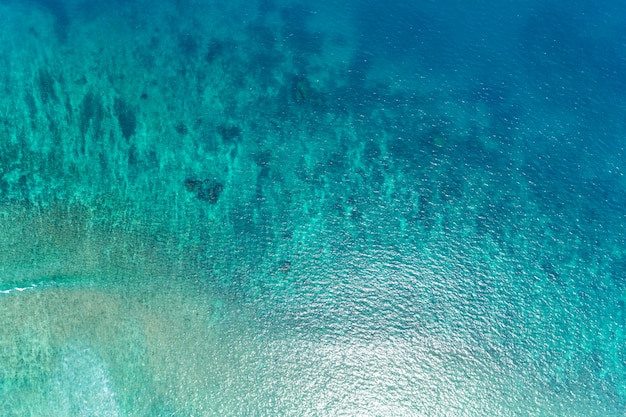 Belle surface de l'océan de la vue aérienne du drone de haut en bas