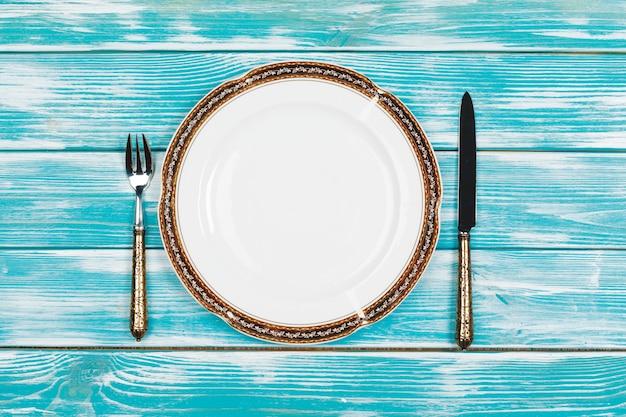Belle table sur bois bleu