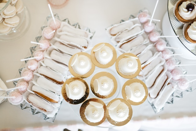 Belle table avec des bonbons sur la célébration