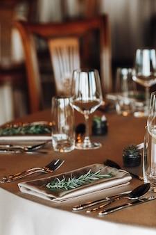 Belle table décorée avec des feuilles de pin