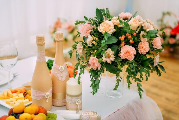 Belle table de fête pour les jeunes mariés