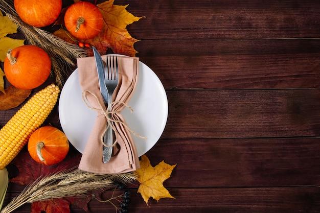 Belle table de fête pour thanksgiving. concept d'automne et de récolte.