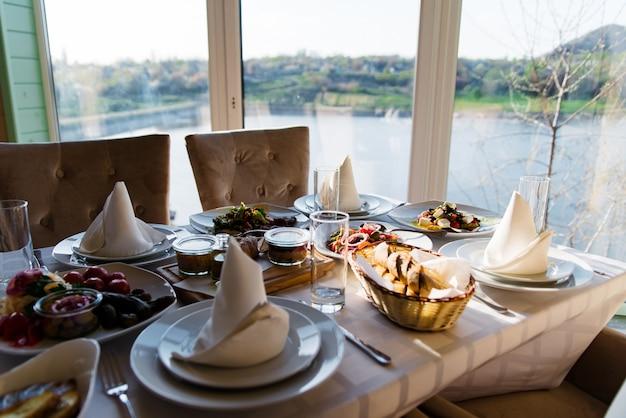 Belle table de fête servie pour le dîner de célébration de mariage à la maison ou à l'intérieur du restaurant.