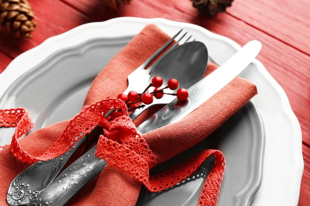Belle table de noël avec des décorations