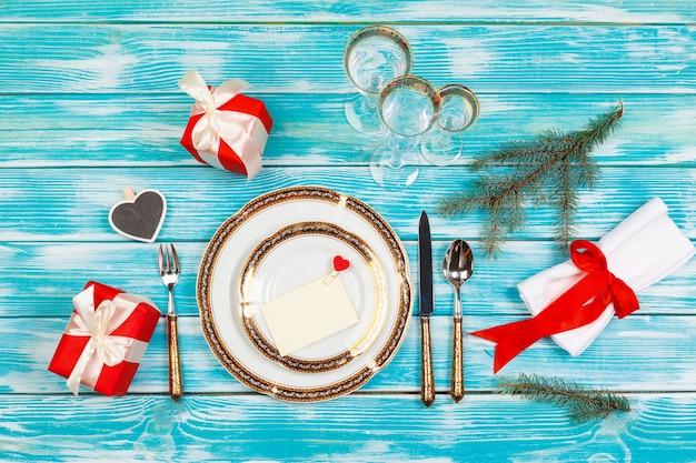 Belle table de noël rouge avec des décorations se bouchent