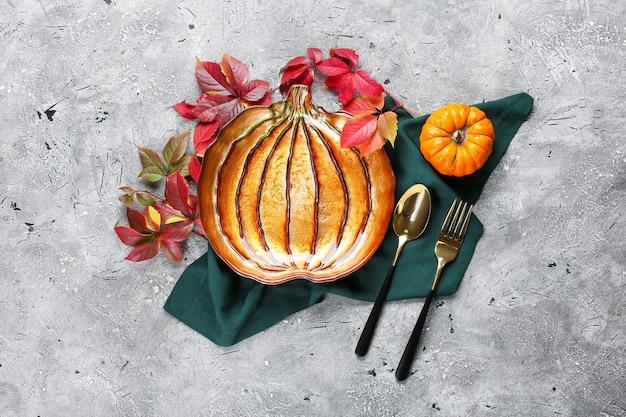 Belle table pour la célébration du jour de thanksgiving sur la surface grunge