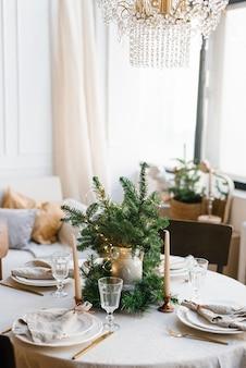 Belle table pour le dîner de noël dans un style scandinave