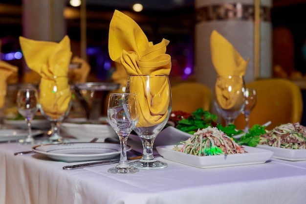 Belle table servie pour mariage ou autre célébration dans une table de restaurant décorée pour la célébration