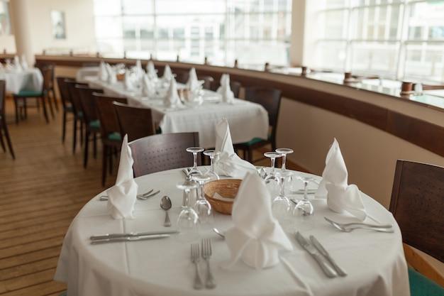 Belle table servie avec verrerie et culte, préparée pour une fête.