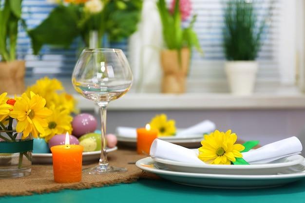 Belle table de vacances de pâques
