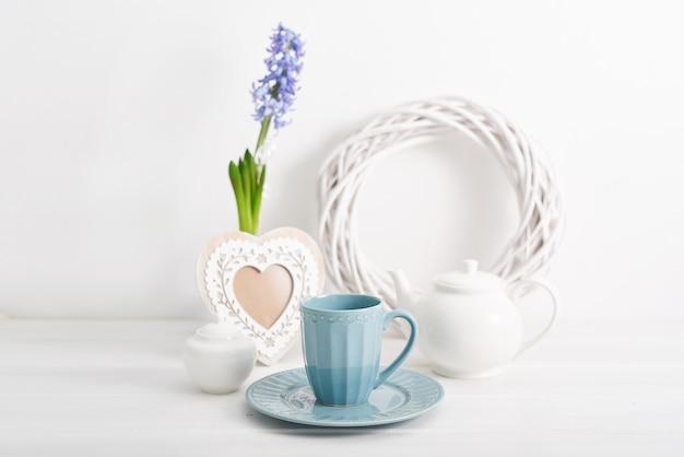 Belle tasse et théière sertie de fleur de jacinthe