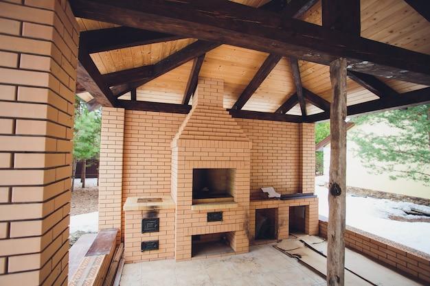 Belle terrasse en bois avec cheminée dans la rue.