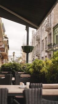Belle terrasse d'été du restaurant de type ouvert. belle vue sur la terrasse d'été du restaurant