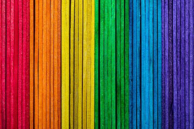 Belle texture de lattes de bois naturel avec les couleurs de l'arc-en-ciel violet violet bleu vert jaune orange et rouge