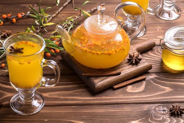 Belle théière en verre avec thé à l'argousier. boissons chaudes d'hiver, top wiev