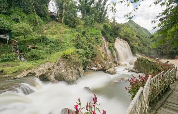 Belle tien sa cascade en saison des pluies près de cat cat village près de sa pa, vietnam - touris populaires