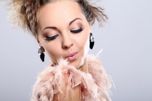 Belle et très mignonne femme avec de grandes boucles d'oreilles