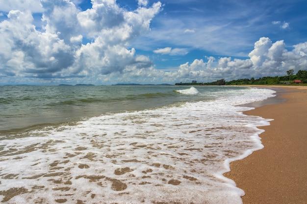 Belle vague de la mer avec nuage de ciel bleu.