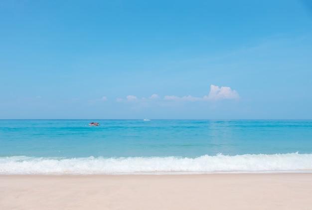 Belle vague de l'océan bleu et jet ski sur une plage tropicale.