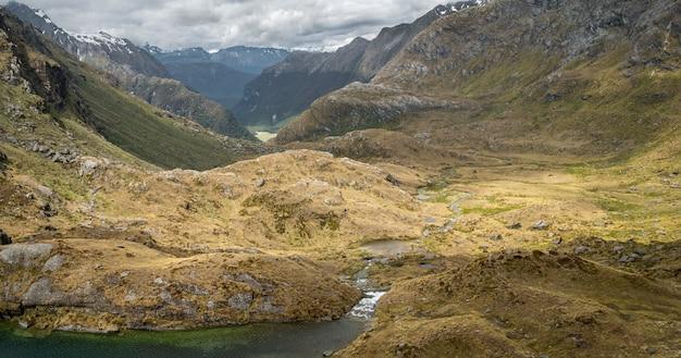 Belle vallée alpine avec des couches de montagnes et riverrouteburn tnew zealand