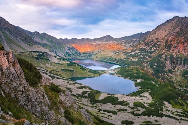 Belle vallée des cinq lacs dans les montagnes des hautes tatras au lever du soleil