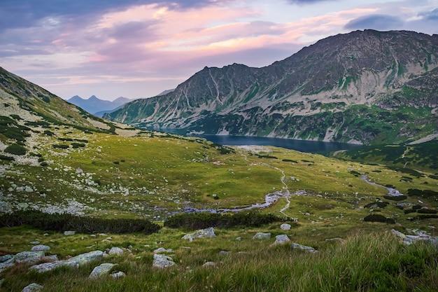 Belle vallée des cinq lacs dans les montagnes des hautes tatras, pologne