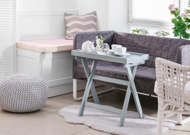 Belle véranda moderne avec des meubles confortables