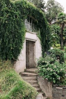 Belle vieille maison en pierre dans le jardin botanique de batoumi, géorgie