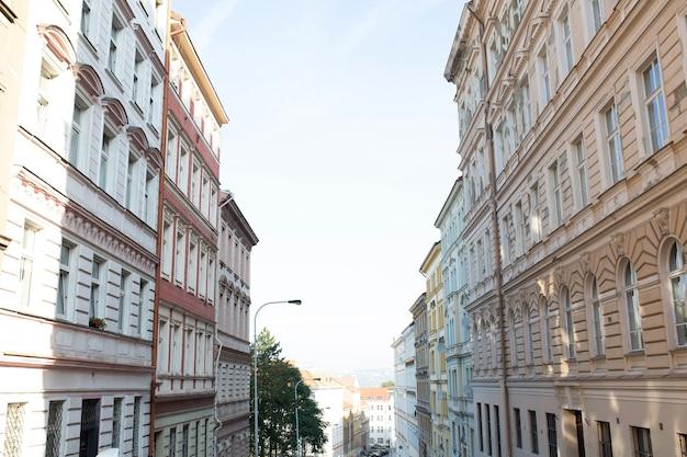 Belle vieille rue en journée ensoleillée à prague. république tchèque