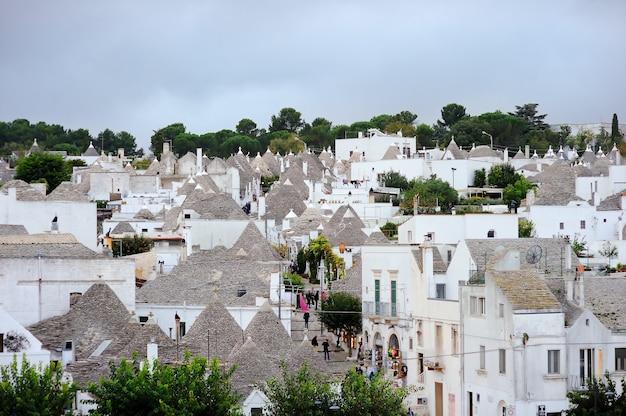 Belle ville d'alberobello avec ses maisons de trulli, région des pouilles, sud de l'italie