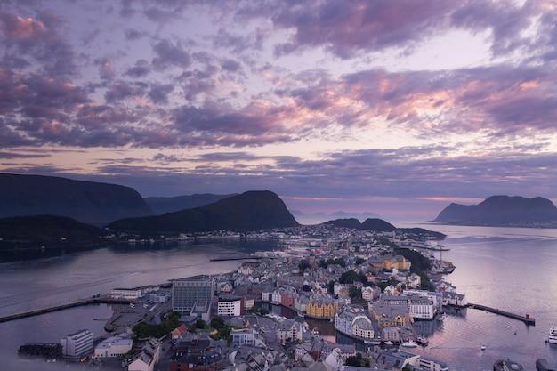Belle ville d'ålesund et son fjord dans le comté de møre og romsdal, norvège. il fait partie du quartier traditionnel de sunnmøre et du centre de la région d'ålesund.