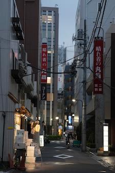 Belle ville du japon la nuit avec la lumière