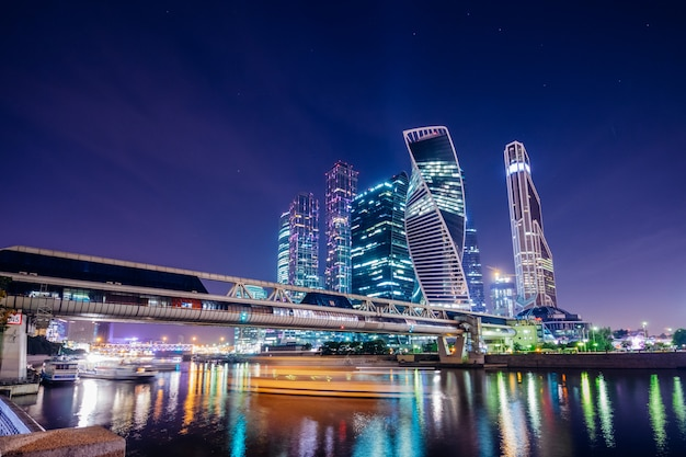 Belle ville moderne de moscou la nuit