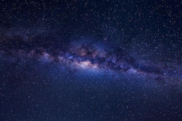 Belle voie lactée avec des étoiles et de la poussière de l'espace sur un ciel nocturne.