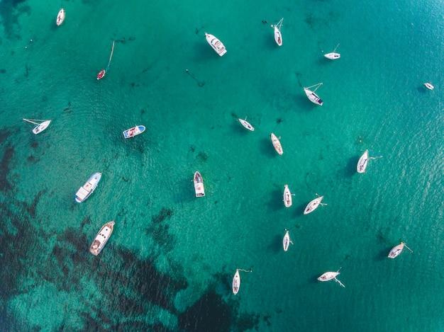 Belle vue aérienne de bateaux et d'eau émeraude