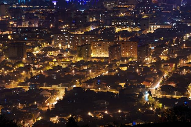 Belle vue aérienne du paysage urbain de nuit. batumi, géorgie