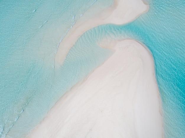 Belle vue aérienne des maldives et de la plage tropicale. concept de voyage et de vacances