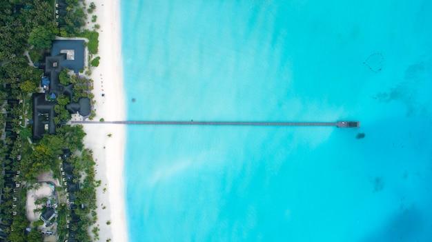 Belle vue aérienne des maldives et de la plage tropicale. vue de dessus