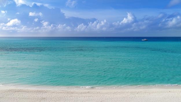 Belle vue aérienne des maldives et de la plage tropicale