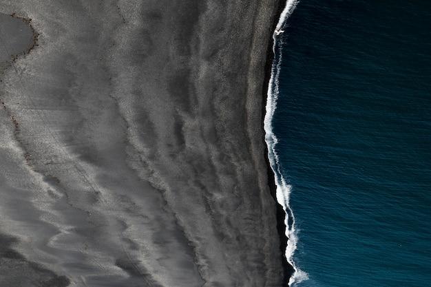 Belle vue aérienne d'une mer et du bord de mer