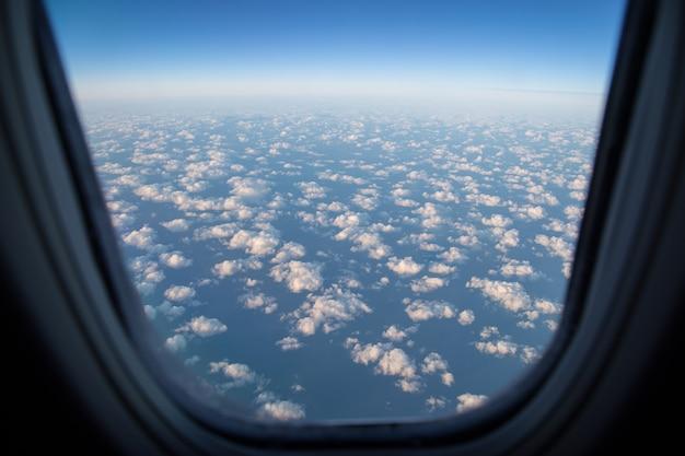 Belle vue aérienne sur les nuages d'un avion.