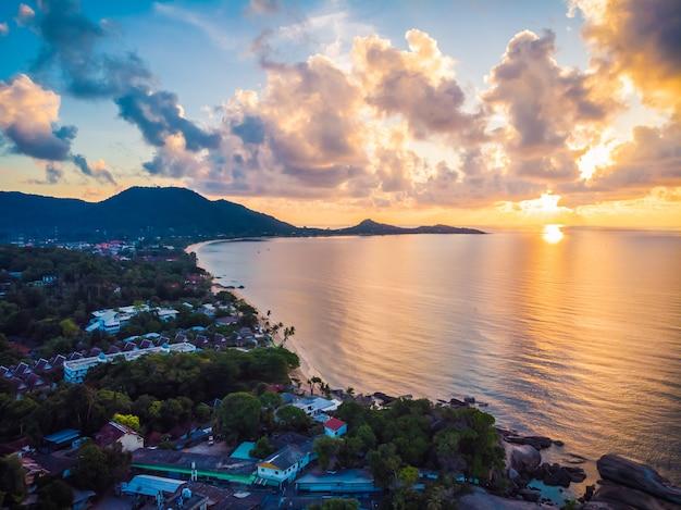 Belle vue aérienne de la plage et de la mer ou de l'océan