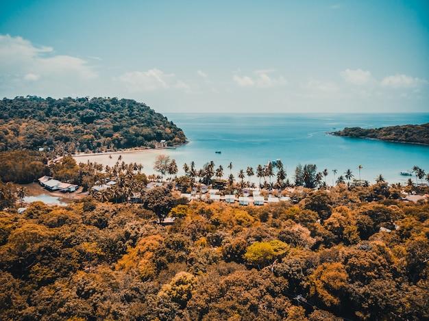 Belle vue aérienne de la plage et de la mer