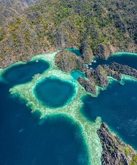 Belle vue aérienne de la populaire lagune jumelle à coron, philippines. concept sur les voyages et les paysages asiatiques